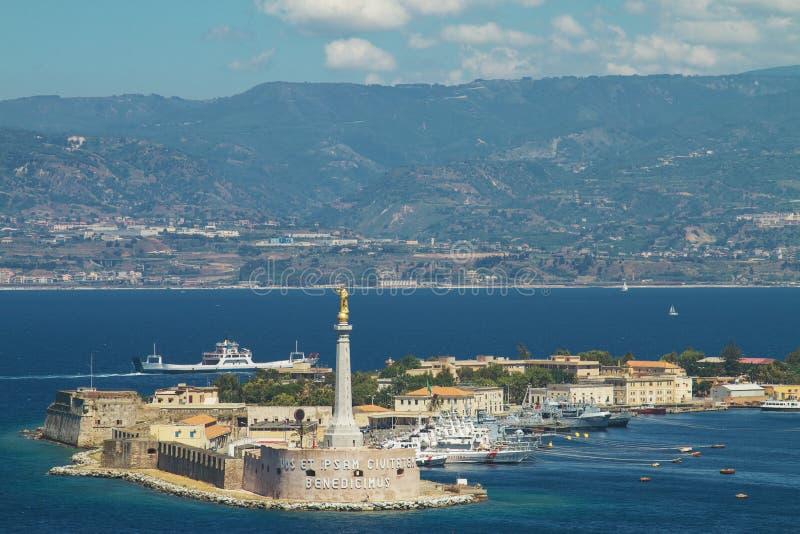 墨西拿意大利港的风景看法  库存图片