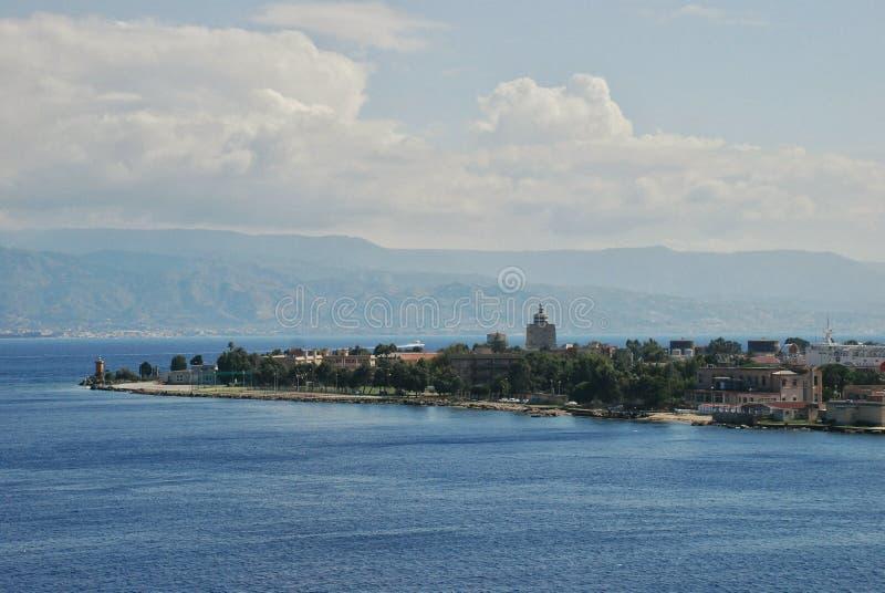 墨西拿意大利港的风景看法  免版税库存图片