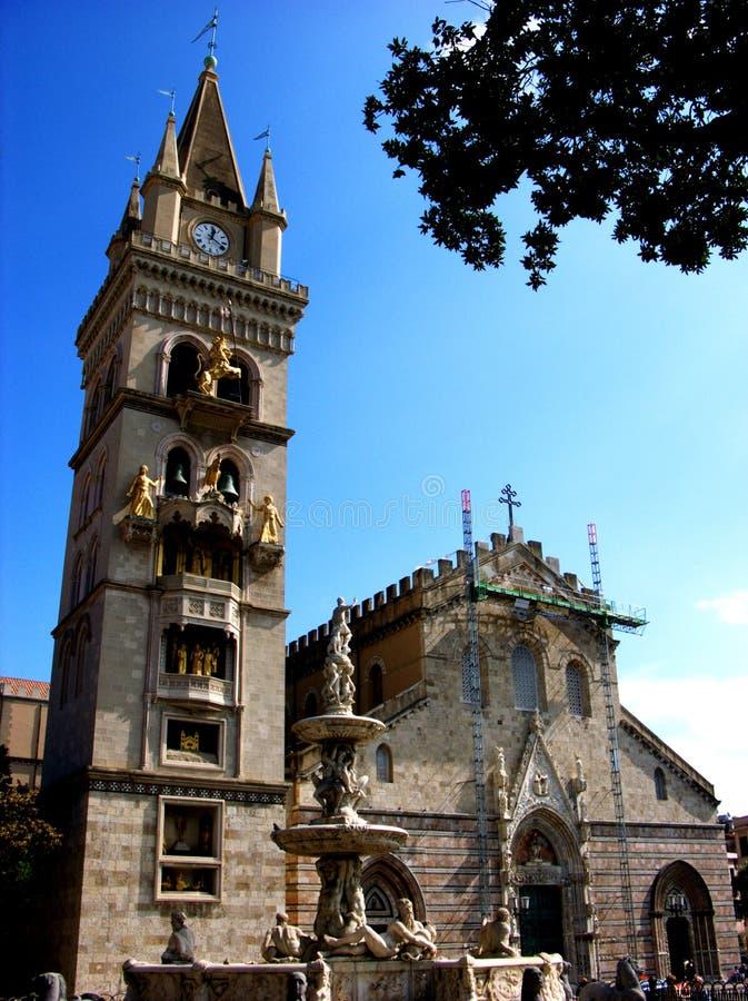 墨西拿有猎户星座天文学时钟和喷泉的中央寺院大教堂  免版税图库摄影