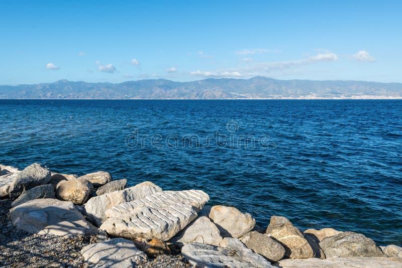 墨西拿海峡在雷焦卡拉布里亚,意大利南部 图库摄影