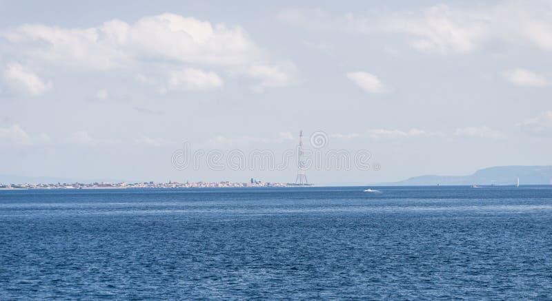 墨西拿海峡概要 海峡划分西西里岛的海岛从意大利大陆的 免版税库存照片