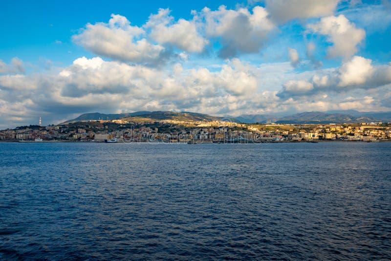 墨西拿海峡看法连接了地中海和从轮渡,意大利的第勒尼安海和西西里海岛背景 免版税库存照片