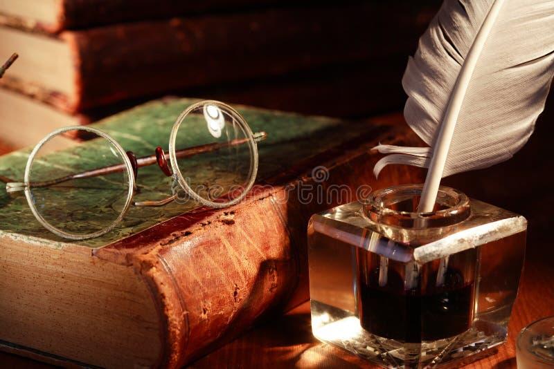 墨水罐和眼镜 免版税库存图片