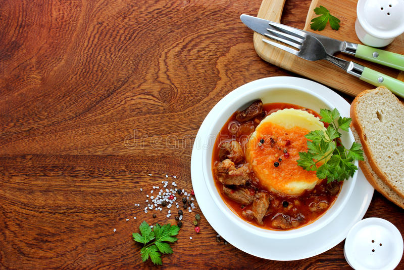 墩牛肉用小汤和土豆泥,文本食谱的空的地方在边 库存图片