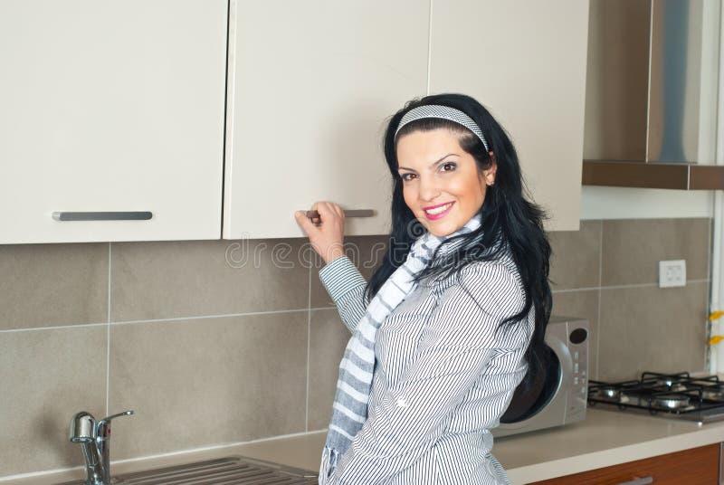 壁橱厨房开放妇女 库存图片