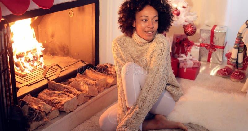 壁炉和假日设置安装的妇女 库存照片