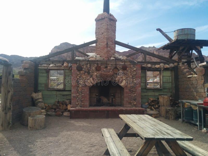 壁炉和墙壁在被粉碎的沙漠房子 库存图片