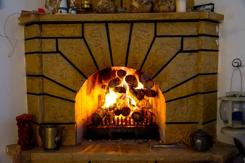 壁炉和壁炉火,木柴 免版税图库摄影