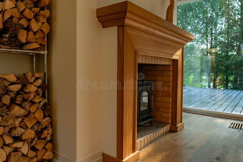壁炉在客厅 免版税图库摄影