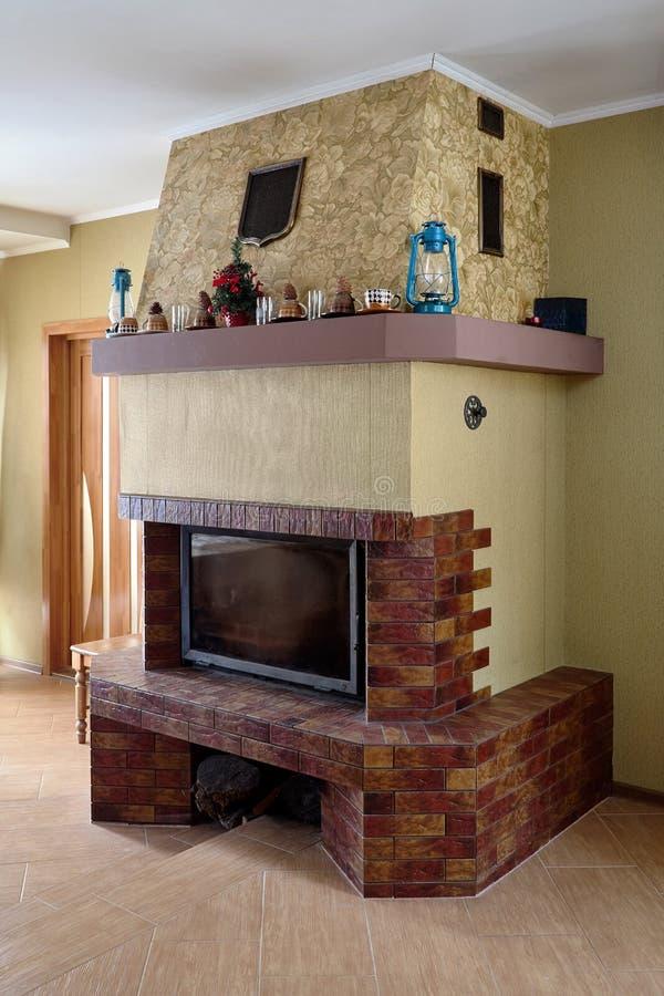 壁炉在有灯的客厅 库存照片