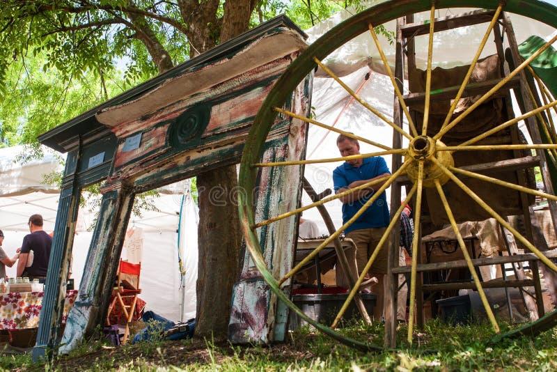 壁炉壁炉台和马车车轮待售在古色古香的节日 库存照片