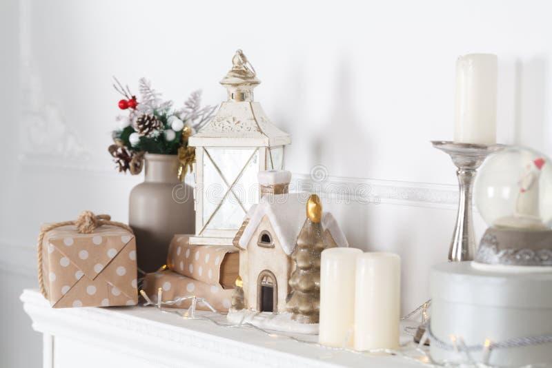 壁炉披风为与诗歌选、光、弓和其他装饰的圣诞节装饰 免版税图库摄影