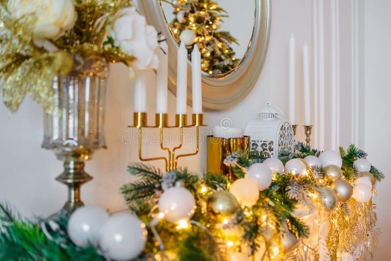 壁炉蜡烛反映球圣诞节装饰 新年2019年 库存图片