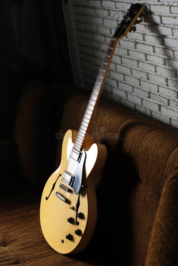 壁角黑暗的吉他葡萄酒 免版税库存照片
