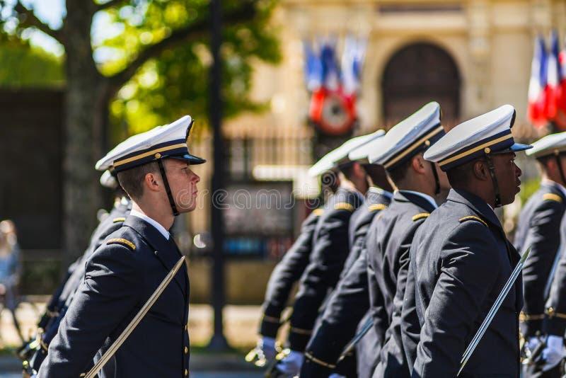 巴士底日的战士在巴黎- Soldats倾吐le 14 Juillet 2017个Ã巴黎 库存照片