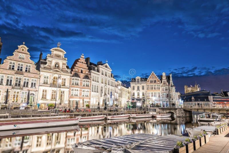 绅士,比利时- 2015年4月20日:电车在市中心快速地移动 库存照片