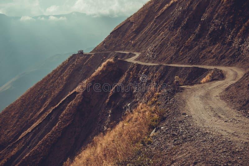 壮观和危险山路, Tusheti,乔治亚 冒险背景双筒望远镜小船概念梯子水 登上风景 未铺砌的弯曲道路 土serpenti 库存图片
