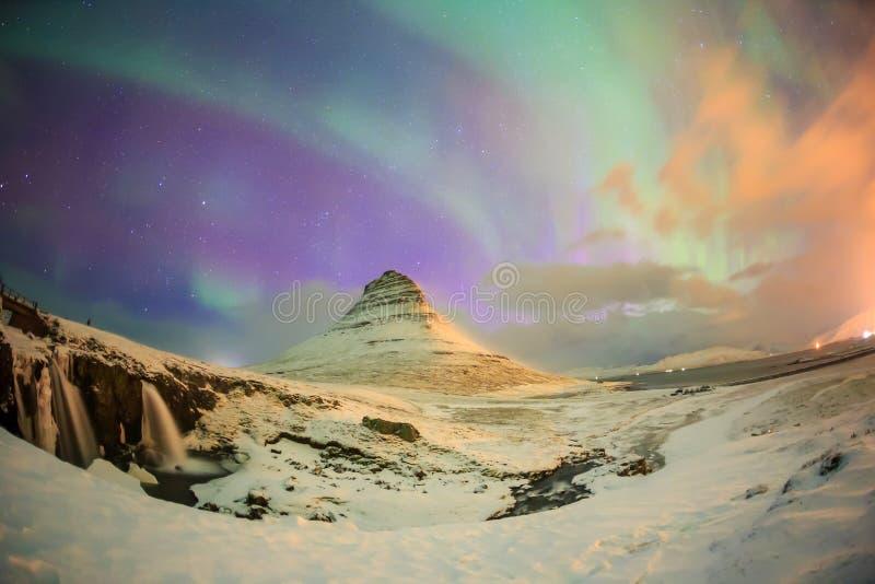 壮观的北极光出现在登上Kirkjufell 免版税库存照片