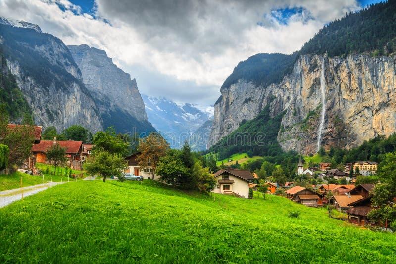 壮观的卢达本纳镇和Staubbach瀑布, Bernese Oberland,瑞士,欧洲 库存图片