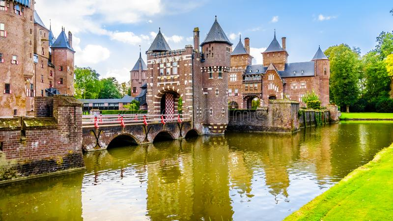 壮观的城堡德哈尔由护城河,14世纪城堡改建完全地围拢了19世纪末 图库摄影