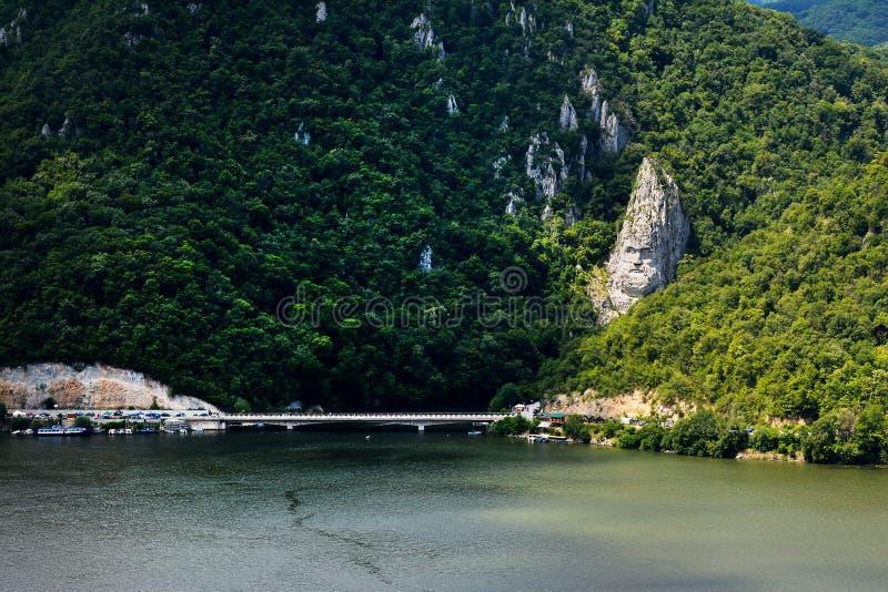 壮观的多瑙河峡谷 Decebal在岩石雕刻的` s头 免版税库存照片
