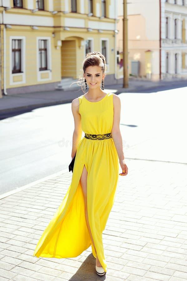 年轻壮观的妇女时尚画象  典雅女孩摆在 免版税库存图片