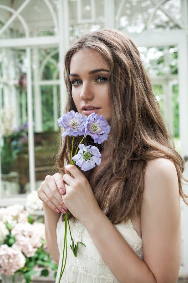 壮观的妇女画象有蓝色花的 库存照片