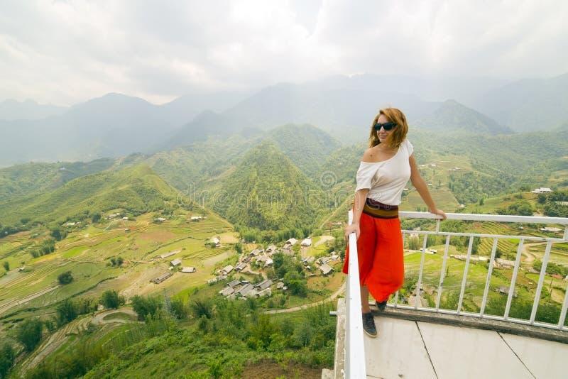 壮观的山景的单身可爱的妇女 免版税图库摄影