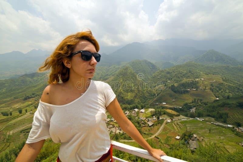 壮观的山景的单身可爱的妇女 库存照片