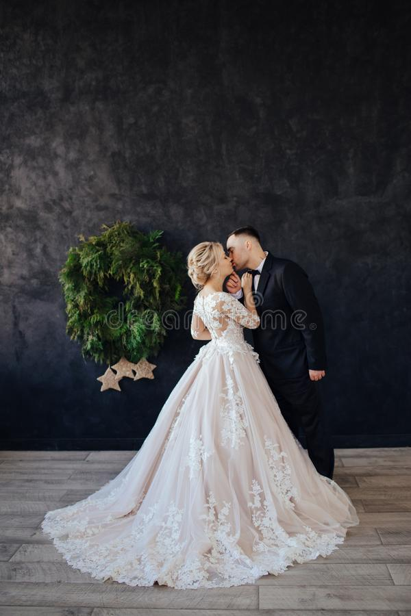 壮观的新娘,白色,有一列长的火车的婚纱 图库摄影