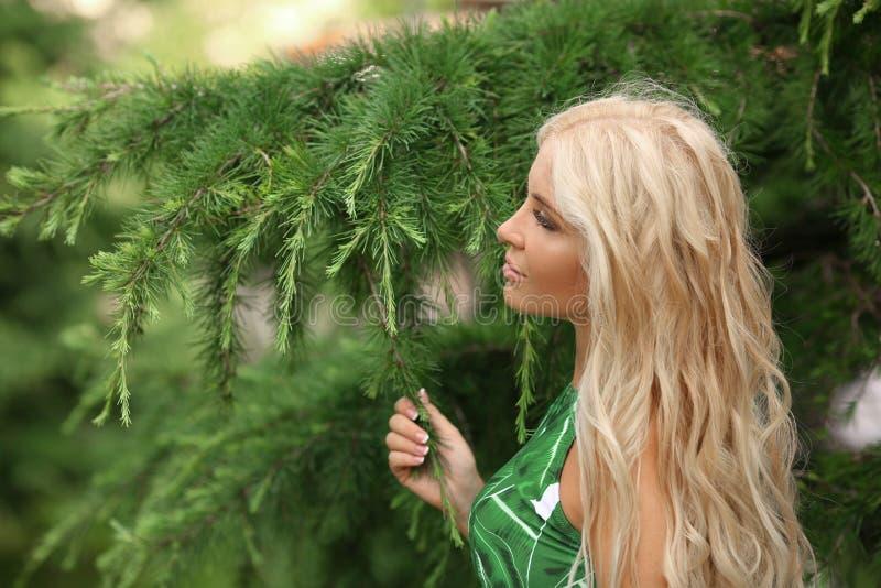 壮观的白种人白肤金发的女孩特写镜头画象有natur的 图库摄影