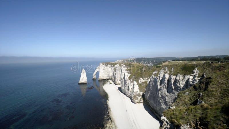 壮观的白色多岩石的海滩和蓝色海天际的 r 庄严白色峭壁顶视图与蓝色海的脚的 图库摄影