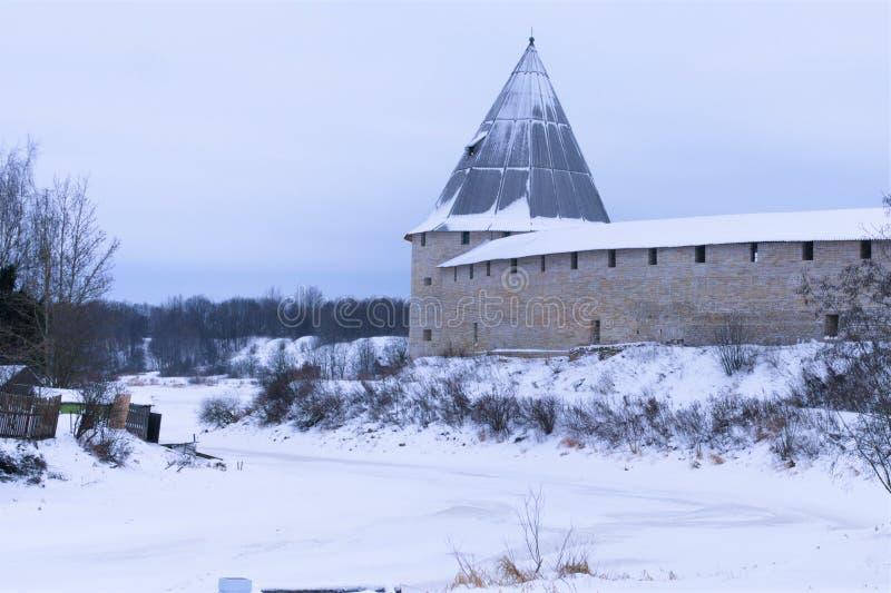 壮观的老堡垒在俄罗斯在沃尔霍夫河的冬天和看法 库存照片