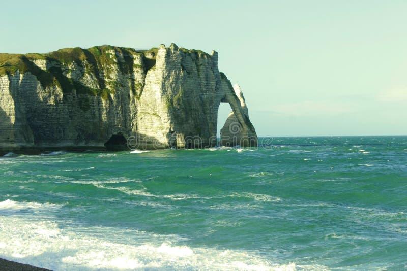 壮观的自然峭壁Etretat和美好的著名海岸线,诺曼底,法国,欧洲Aval  免版税图库摄影