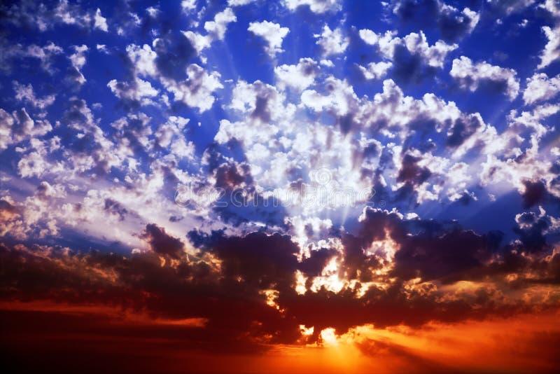 壮观的闪耀的春天日落 免版税库存照片