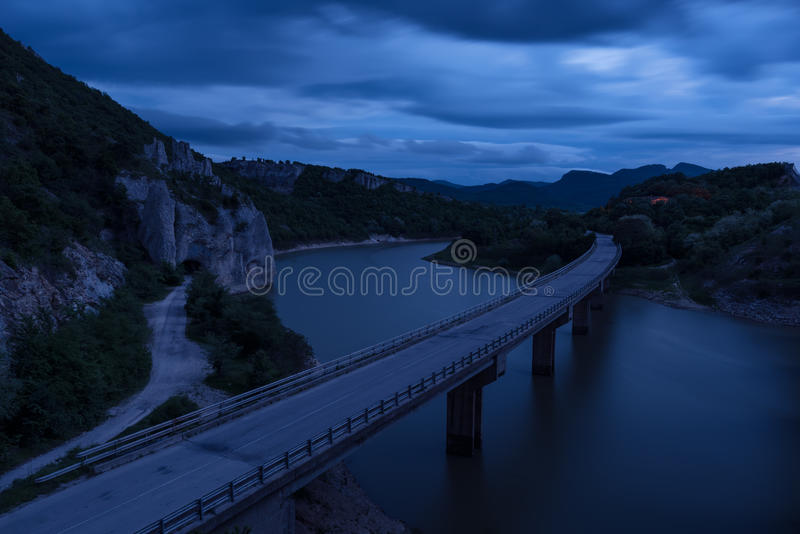 壮观的风景、nightscape与光足迹和岩石现象美妙的岩石巴尔干山,保加利亚 库存图片