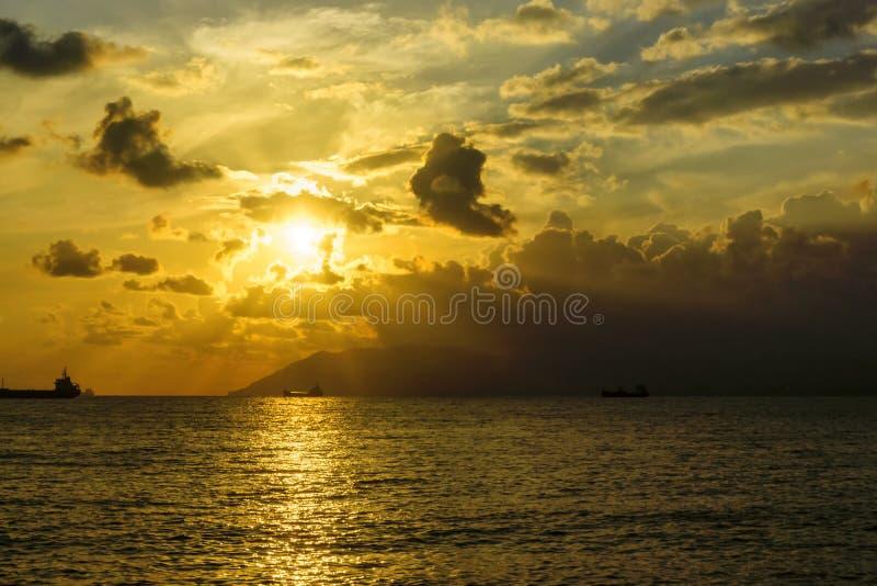 壮观的风景和船在日落的海 图库摄影