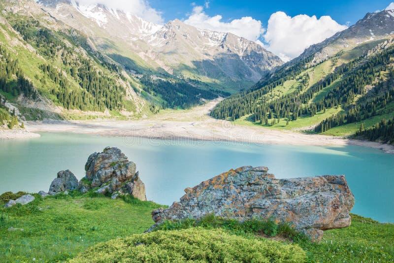 壮观的风景大Almaty湖天山山在阿尔玛蒂,哈萨克斯坦,在夏天 免版税库存照片