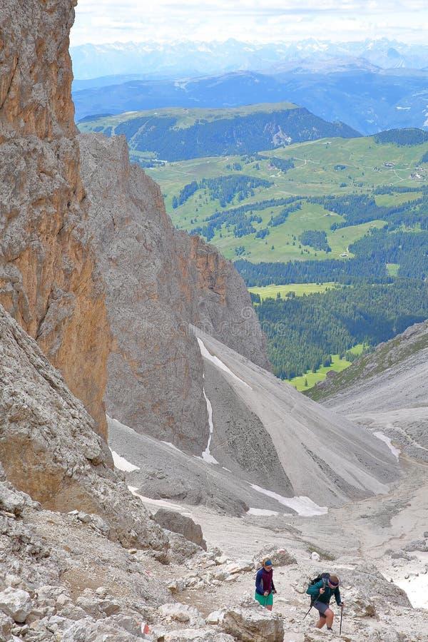 壮观的Forcella del Sassolungo通行证在Forcella Sassolungo缆车顶部,围拢Sassolungo和Sassopi 免版税图库摄影