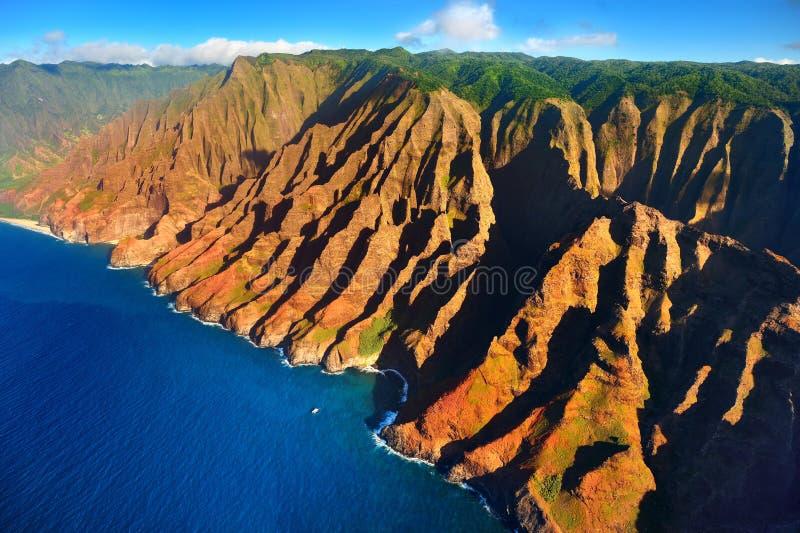 壮观的Na梵语海岸,考艾岛鸟瞰图  图库摄影