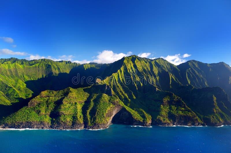 壮观的Na梵语海岸,考艾岛鸟瞰图  免版税库存图片