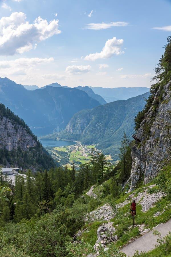 从声势浩大的洞出口-谷视图的Obertraun 免版税库存照片