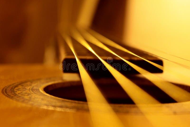 声学吉他串特写镜头、温暖的颜色和抽象看法 库存图片