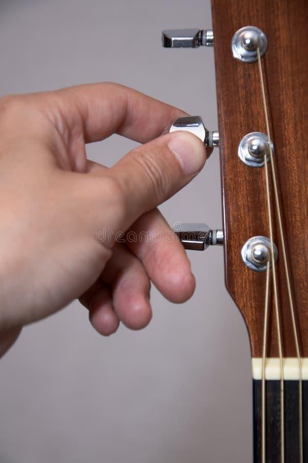 声学吉他吉他弹奏者现有量调整 图库摄影