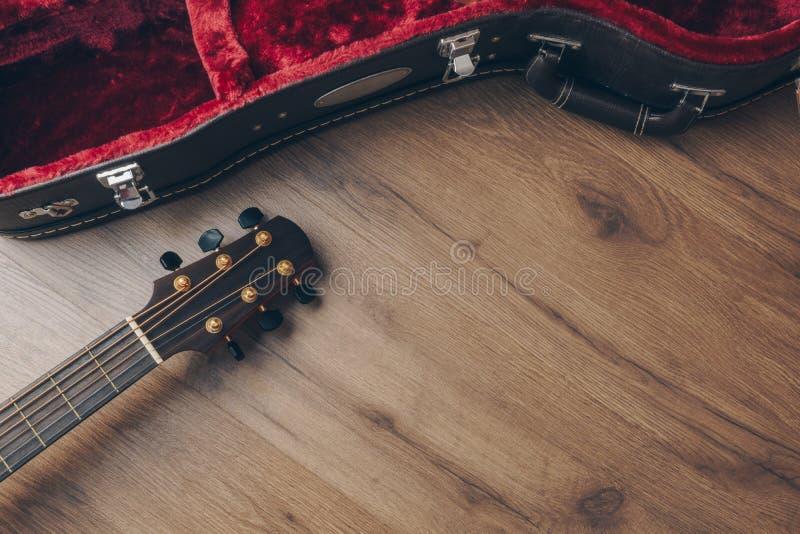 声学吉他的顶视图 免版税库存图片