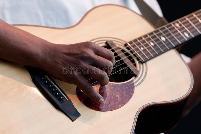 声学吉他音乐家使用 库存照片