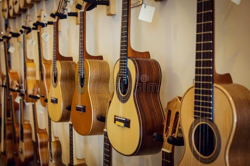 声学吉他行在墙壁上的 图库摄影