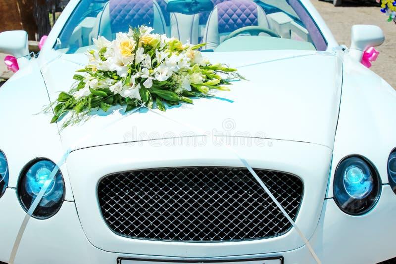 声望有花装饰的婚礼汽车 库存照片