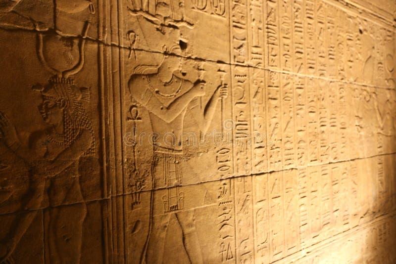 声音和光与象形文字在Isis菲莱,埃及寺庙  库存照片
