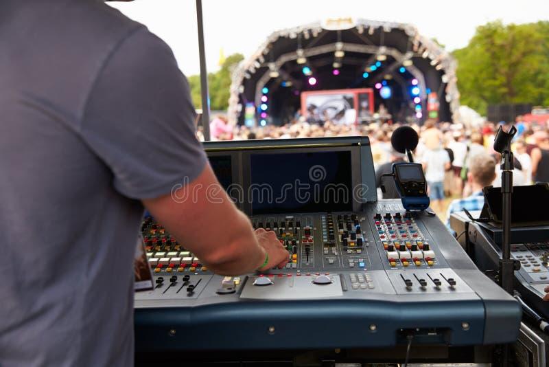 声音和灯光师一个室外节日音乐会的 库存图片